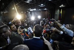 صحافيون يتدافعون للظفر بتصريحات وصور للمعارض الفنزويلي خوان غوايدو - أ ف ب