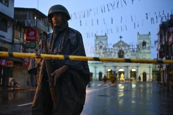 جندي سريلانكي أمام كنيسة تعرضت لهجوم في عيد الفصح