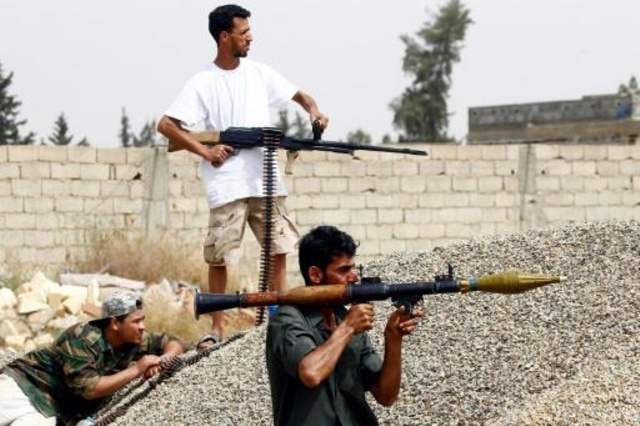 مقاتلون ليبيون ضدّ قوات المشير خليفة حفتر في عين زارة جنوب طرابلس في 23 نيسان/أبريل 2019