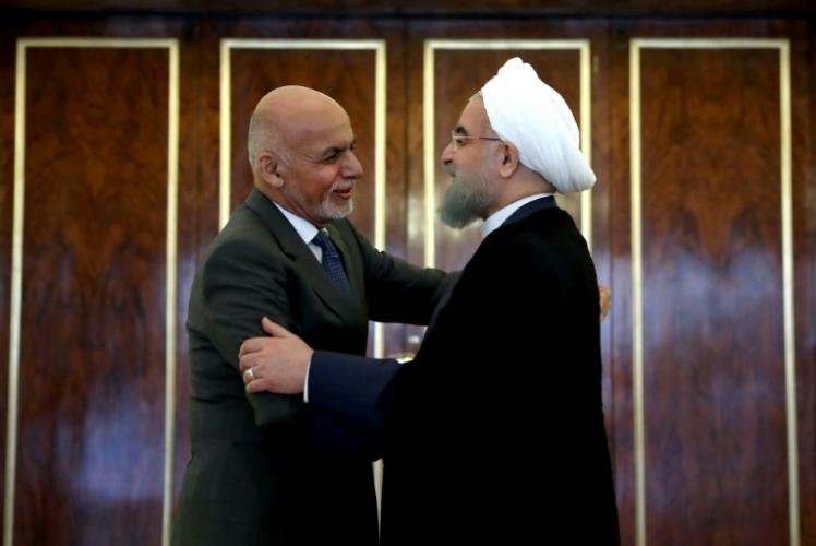 الرئيس الإيراني حسن روحاني يعانق نظيره الأفغاني أشرف غني خلال زيارته إلى طهران - أرشيفية