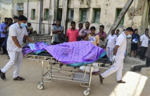 مسعفون ينقلون أحد ضحايا الاعتداءات الدامية في سريلانكا