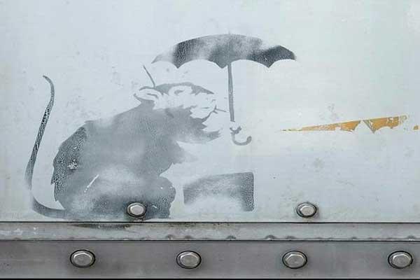 فأر يحمل مظلة من توقيع بانكسي