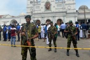 عناصر من الشرطة بعد الانفجارات التي هزت سريلانكا