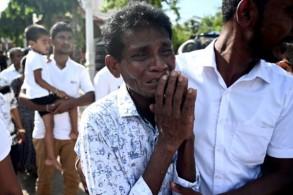 رجل ينتحب وهو يسير خلف نعش أحد ضحايا اعتداءات أحد الفصح في سريلانكا