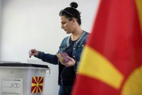 ناخبة في جمهورية مقدونيا الشمالية تدلي بصوتها في الانتخابات الرئاسية في العاصمة سكوبيي في 21 نيسان/أبريل 2019.