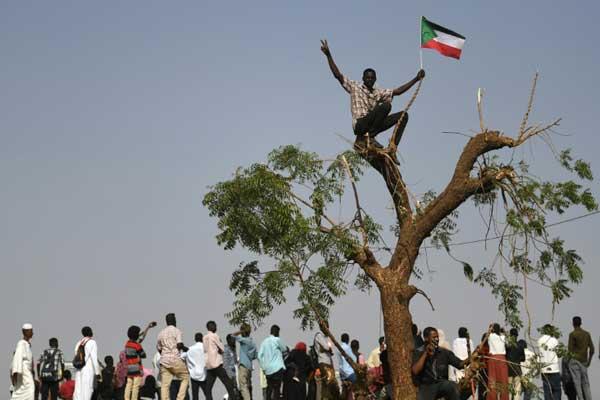 محتجون سودانيون أمام مقر القيادة العامة للقوات المسلحة في الخرطوم في 25 أبريل 2019