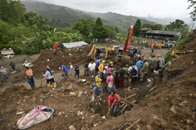 عمال إغاثة يبحثون عن مفقودين إثر انزلاق تربة في روساس بولاية كاوكا في جنوب غرب كولومبيا في 21 نيسان/أبريل 2019.