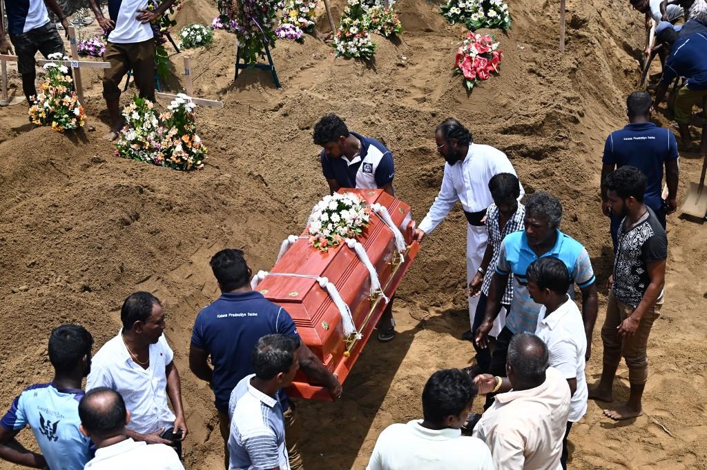 ذوو القتلى يدفنون موتاهم في سريلانكا