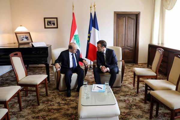 رئيس الجمهورية الفرنسية إيمانويل ماكرون ونظيره اللبناني ميشال عون