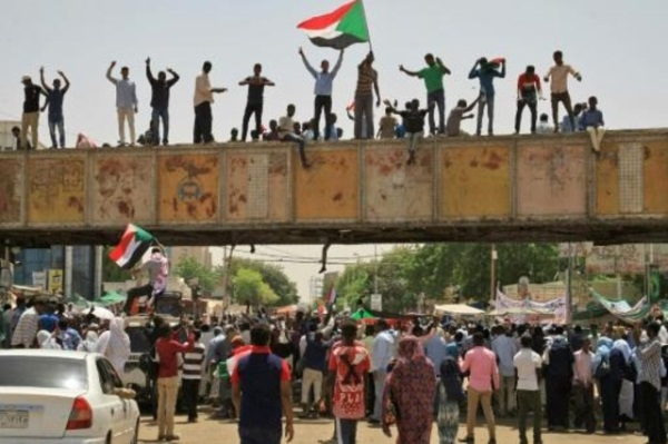 متظاهرون سودانيون أمام مقر الجيش في الخرطوم في 5 مايو 2019
