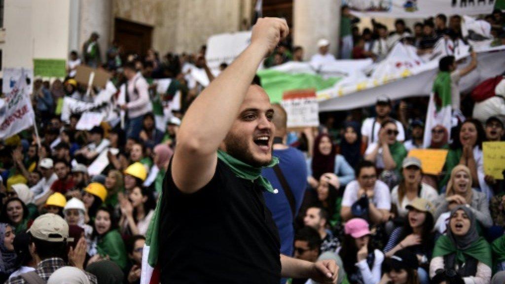طلبة جزائريون يتظاهرون في 7 مايو 2019 بالعاصمة الجزائرية للنطالبة برحيل مجمل