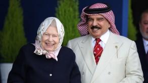 الملكة اليزابيث وعاهل البحرين يتابعان السباق