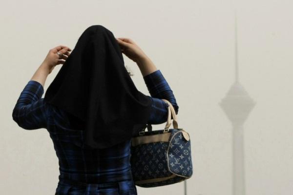 فتاة محجبة في طهران