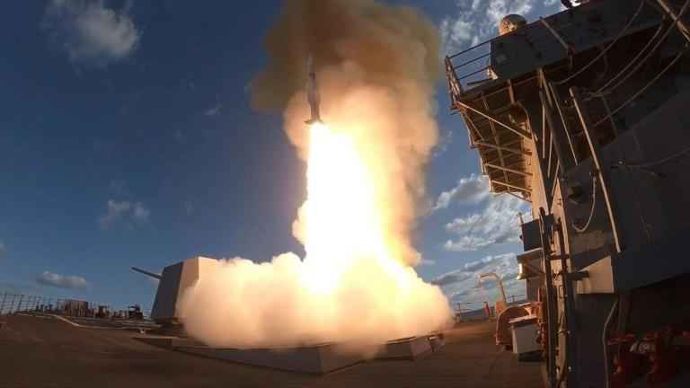 المدمرة الأميركية يو اس اس ونستون س. تشيرشل تطلق SM-2 في المحيط الأطلسي في نيسان/ابريل 2018