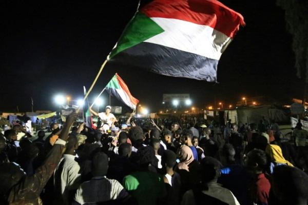 سودانيون يحتفلون ليل 14-15 مايو 2019 بعد الإعلان عن التوصل الى اتفاق على فترة انتقالية في البلاد لمدة ثلاث سنوات