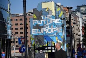 معلقة في بروكسل تدعم الوحدة الأوروبية