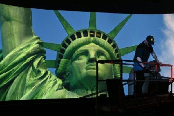 عامل يضع اللمسات الأخيرة في غرفة عرض الأفلام في متحف تمثال الحرية