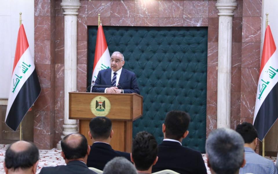 عبد المهدي متحدثا إلى الصحفيين خلال مؤتمره الصحافي الاسبوعي