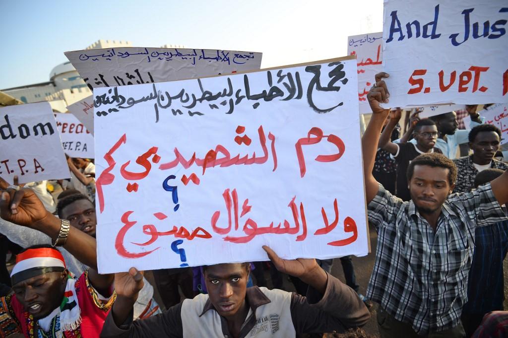 محتجون غاضبون بعد أن تعرض اعتصامهم لهجوم غامض