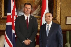 وزير الخارجيّة العراقي محمد علي الحكيم ملتقيا نظيره البريطاني جيريمي هانت