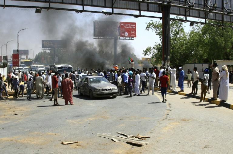 متظاهرون سودانيون يقطعون طريقا في الخرطوم في 13 مايو 2019
