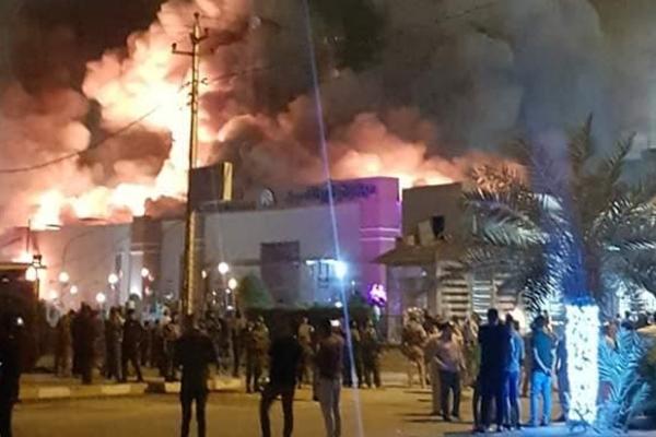 أنصار الصدر المحتجون على الفساد يحرقون أحد مولات النجف