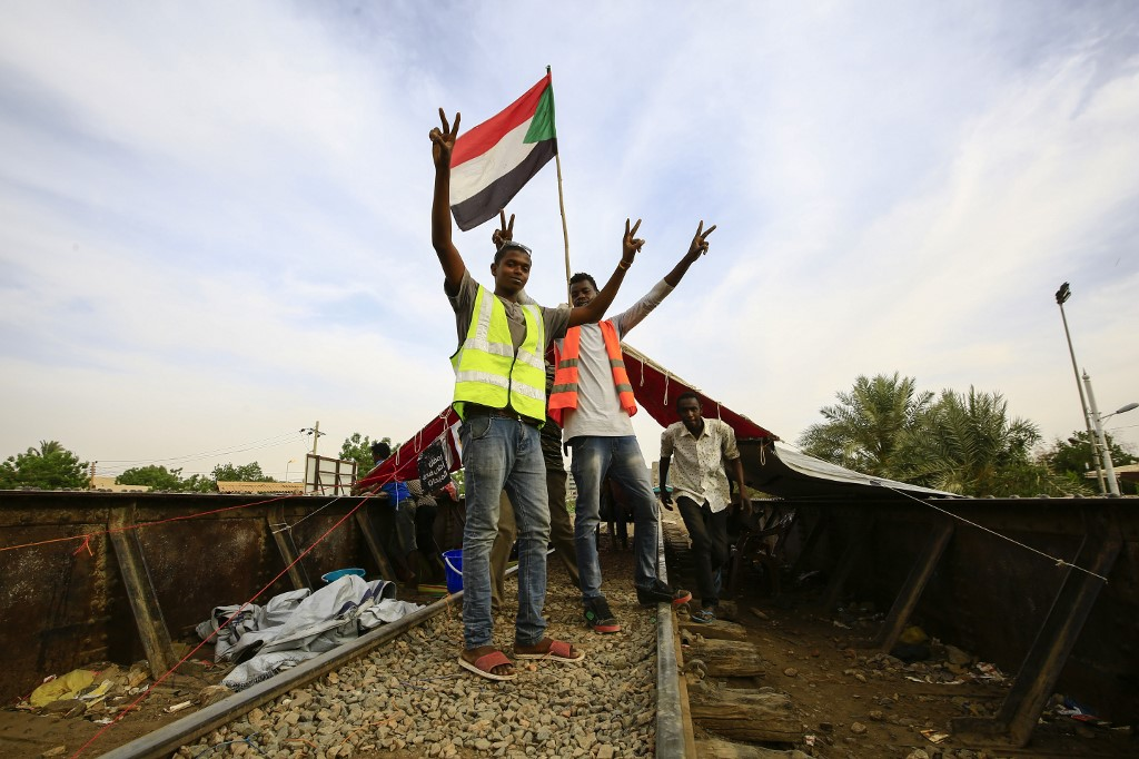 محتجون سودانيون يغلقون خطا لسكك الحديد