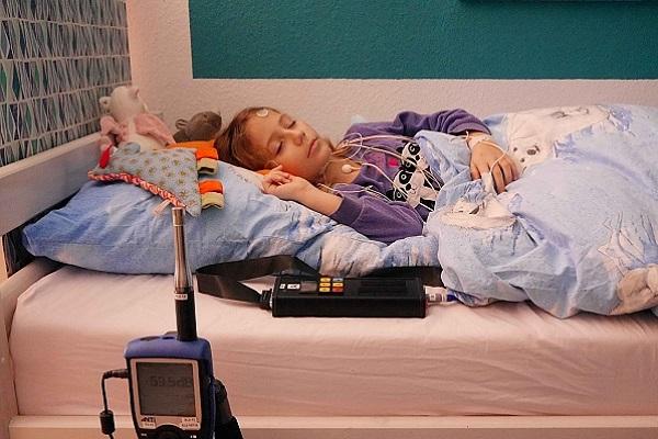 ضجيج الطائرات يسرق النوم العميق من عيون الأطفال