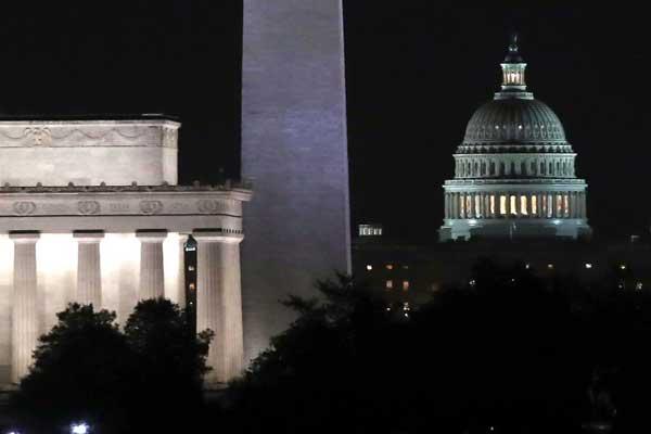 مبنى الكابيتول وإلى يساره نصب واشنطن (المسلّة) ونصب لنكولن التذكاريان في واشنطن في 9 فبراير 2018