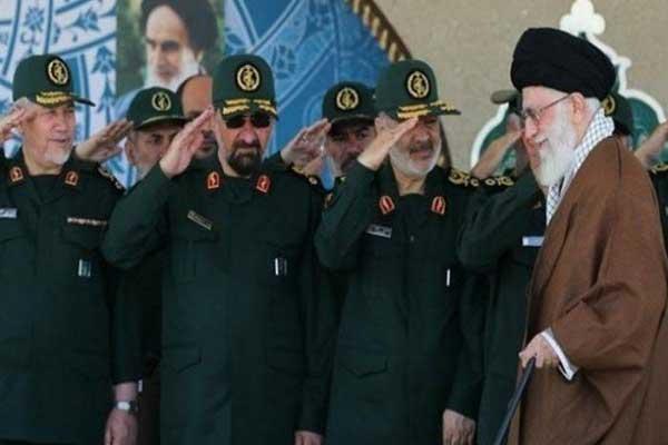 خامنئي مع عدد من قادة الحرس الثوري