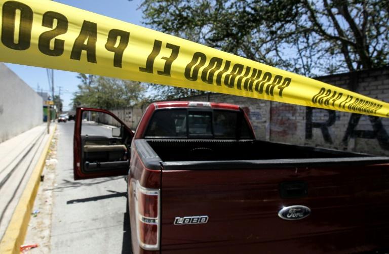 الشرطة تحرس موقع اكتشاف الرفات حيث تعمل فرق الطب الشرعي في مدينة زابوبان في ولاية خاليسكو المكسيكية في 11 ايار/مايو 2019.