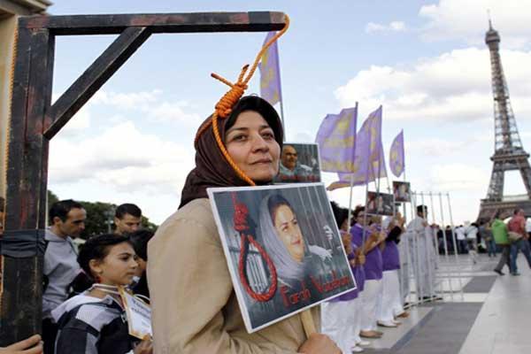 إيرانية في باريس تجسد إعدام النساء في بلدها