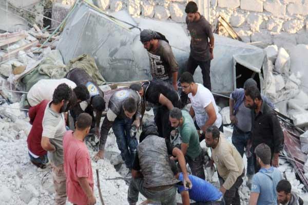 محاولة إنقاذ مدنيين في إدلب إثر غارة