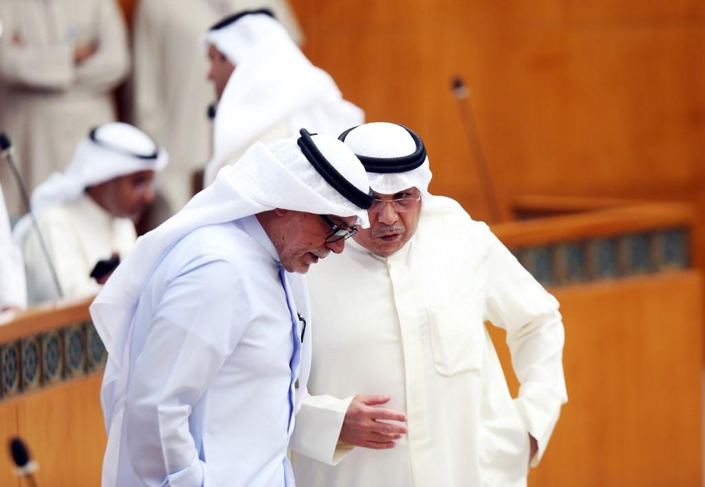 وزير الداخلية الكويتي مع النائب صلاح خورشيد في مجلس الأمة يوم الثلاثاء
