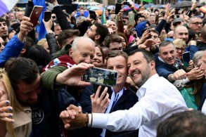 نائب رئيس الوزراء الإيطالي وزير الداخلية ماتيو سالفيني (يمين) خلال تجمع لمؤيدي اليمين القومي في مدينة ميلانو في 18 مايو 2019