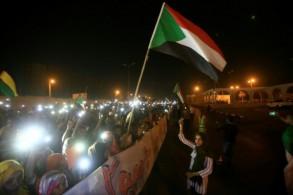 متظاهرون سودانيون امام مقر القيادة العامة للجيش في الخرطوم بتاريخ 17 مايو 2019