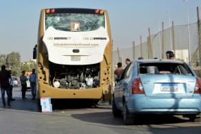 سيارات وحافلة متضررة نتيجة تفجير وقع بالقرب من أهرامات الجيزة في 19 مايو 2019