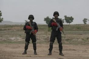 عنصران من وحدة القوات النيجيرية الخاصة في عرض عسكري خلال قمة القوات البرية الافريقية في غواغوالادا في 17 نيسان/ابريل 2018