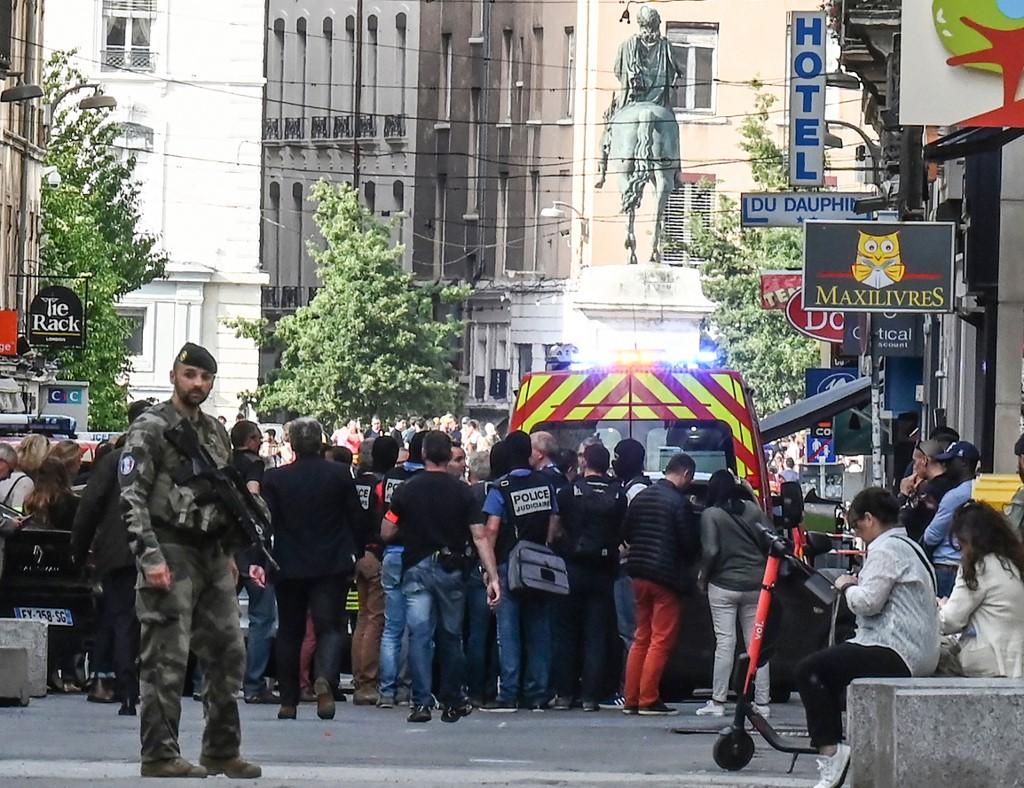 قوات الأمن الفرنسية في موقع الانفجار