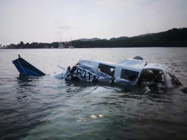 صورة وزعها جهاز الإطفاء في هندوراس تظهر موقع تحطم طائرة صغيرة في البحر قبالة جزيرة رواتان بتاريخ 18 مايو 2019