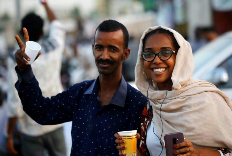 محتجون سودانيون أمام مقر الجيش في الخرطوم في 22 أيار/مايو 2019