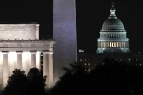مبنى الكابيتول وإلى يساره نصب واشنطن (المسلّة)ونصب لنكولن التذكاريين في واشنطن في 9 شباط/فبراير 2018.