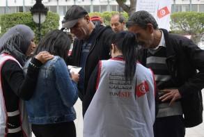 أعضاء هيئة الانتخابات في تونس يكابدون لاقناع المواطنين بتسجيل اسمائهم