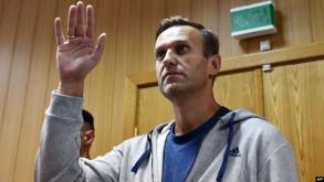 نافالني يلوح بيده خلال جلسة محاكمة في موسكو