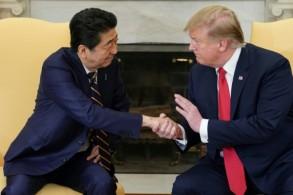 الرئيس الأميركي دونالد ترمب ورئيس وزراء اليابان شينزو آبي في البيت الأبيض