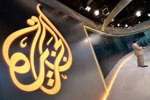 شعار قناة الجزيرة في أحد استديوهاتها في نيويورك في 16 آب/أغسطس 2013