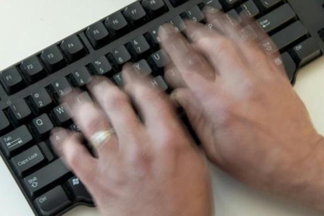 شخص يستخدم لوحة مفاتيح حاسوب في واشنطن في 21 تشرين الثاني/نوفمبر 2016