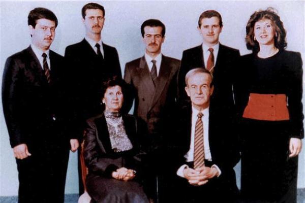 بشرى الأسد (يمين) في صورة أرشيفية مع عائلة الرئيس السوري السابق حافظ الأسد