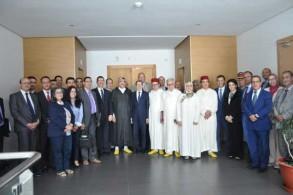 رئيس الحكومة المغربية يتوسط أعضاء اللجنة الوطنية لمكافحة الاتجار بالبشر