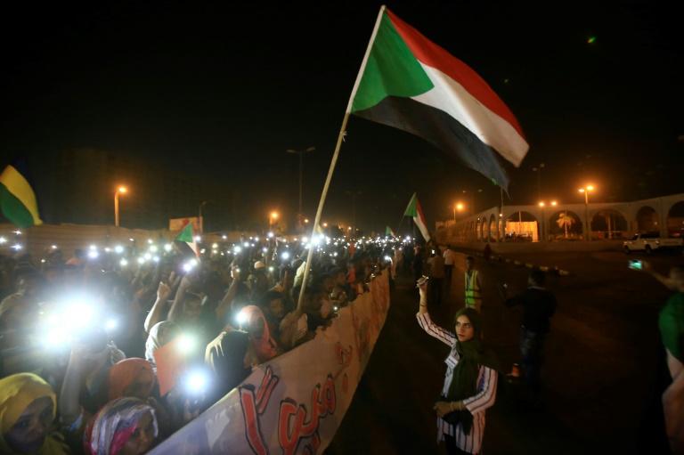 متظاهرون سودانيون امام مقر القيادة العامة للجيش في الخرطوم بتاريخ 17 أيار/مايو 2019